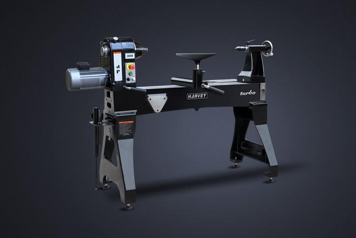 经过数年的艰辛研究, 海 威团队成功地开发出全新的TURBO系列重型木工车床。为海威产品家族增添了两个新成员。秉承海威一贯的产品理念,TURB车床运用超乎寻常的想象力和精 湛的工艺旨在满足木工用户的极致需求;其出色的品质、强劲的工作性能和细致的人性化考虑将使车工操作变成前所未有的体验。 特性  主轴箱、床身和支架均采用优质铸铁浇注以保证最大的运行稳定性  所有床身导轨均经过精密磨削以保证卓越的精度和操作手感  采用强劲的无刷调速直流马达(输出功率2HP和3HP)实现无级变速  先进的马达驱动系统产生